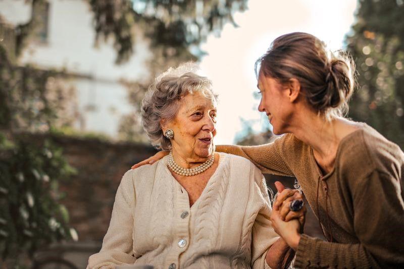 starší člen rodiny so svojím opatrovateľom